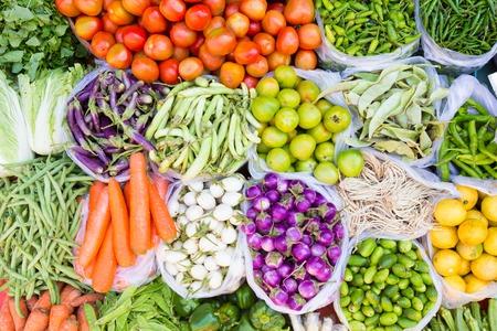 tiendas de comida: Mercado de los granjeros con diversas frutas frescas de colores nacionales y vegetal. Colorida mezcla sabrosa.