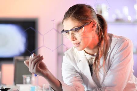 生命科学研究者の研究室で仕事します。ガラス基板上に書かれた構造の化学式を見直し作業環境で自信を持って女性の医療専門職の肖像画。