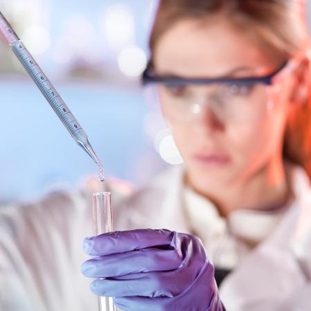 investigador cientifico: Cient�ficos vida investigando en el laboratorio. Ciencias de la vida femenina soluci�n pipeta profesional enfocada en la cubeta de vidrio. Enfoque del objetivo en la ca�da. Salud y concepto de la biotecnolog�a.