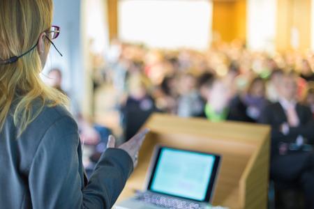 orador: Altavoz Mujer en la Conferencia de negocios y presentación. Audiencia en la sala de conferencias. Negocios y Emprendimiento. Mujer de negocios. Foto de archivo