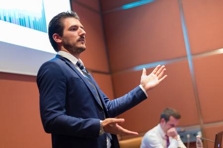 orador: Altavoz dar la charla en el podio en la Conferencia de negocios. Club de Emprendimiento. Composición Horisontal.