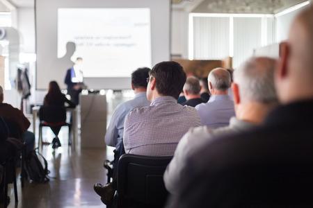 conocimiento: Altavoz dar una charla en la reunión de negocios. Audiencia en la sala de conferencias. Negocios y Emprendimiento.