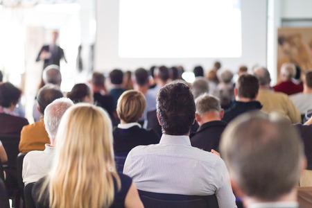 Speaker referát na obchodní jednání. Publikum v konferenčním sále. Obchod a podnikání.