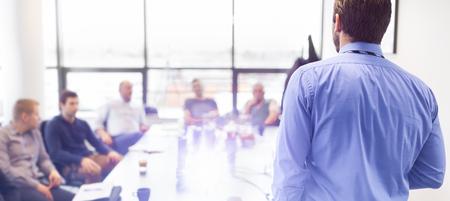 Uomo d'affari fare una presentazione in ufficio. Business offrendo una presentazione ai suoi colleghi durante una riunione o in-house formazione aziendale, spiegando i piani aziendali per i suoi dipendenti. Archivio Fotografico - 45108033