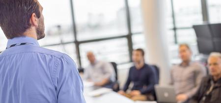 L'homme d'affaires de faire une présentation au bureau. Dirigeant d'entreprise de présenter un exposé à ses collègues lors de la réunion ou de formation interne de l'entreprise, expliquant les plans d'affaires à ses employés. Banque d'images - 45108035