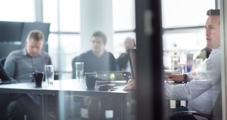 personas escuchando: Hombre de negocios haciendo una presentación en la oficina. Ejecutivo de la empresa la entrega de una presentación a sus colegas durante la reunión o de la propia formación empresarial, explicando los planes de negocio a sus empleados.