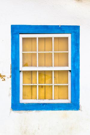 ventanas abiertas: Decorativo, colonial, azul, vintage, ventana en una pared blanca en Paraty o Parati, Brasil.