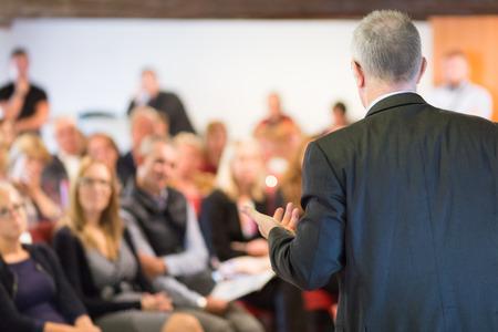 公開プレゼンテーションとビジネス会議で講演。会場に観客。起業家クラブ。リアビュー。水平成分を使用。背景をぼかし。