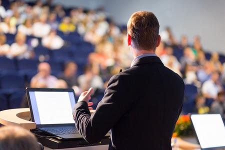 Spreker op Business Conference met openbare presentaties. Publiek bij de conferentiezaal. Ondernemerschap club. Achteraanzicht. Horizontale samenstelling. Onscherpe achtergrond. Stockfoto