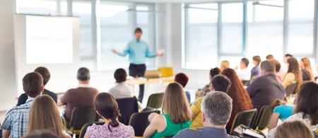 Högtalare Ge en Talk på affärsmöte. Publiken i konferenssalen. Affärs- och koncept Entreprenörskap.