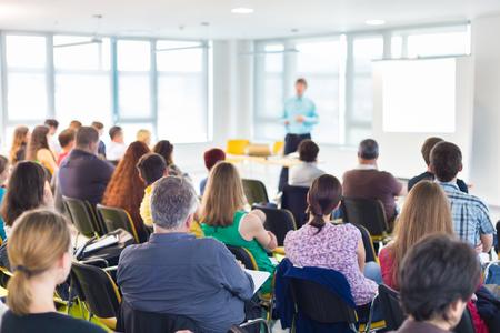 ENTRENANDO: Altavoces dar una charla en la reunión de negocios. Audiencia en la sala de conferencias. Negocios y Emprendimiento concepto. Foto de archivo