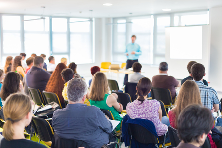 sessão: Speakers dando uma palestra em reunião de negócios. Audiência na sala de conferências. Negócios e Empreendedorismo conceito. Imagens