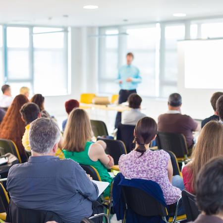 Speakers geven een Talk op zakelijke bijeenkomst. Publiek in de conferentiezaal. Bedrijfsleven en ondernemerschap concept.