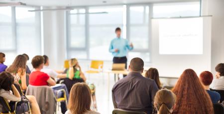 personas hablando: Altavoces dar una charla en la reunión de negocios. Audiencia en la sala de conferencias. Negocios y Emprendimiento concepto. Foto de archivo