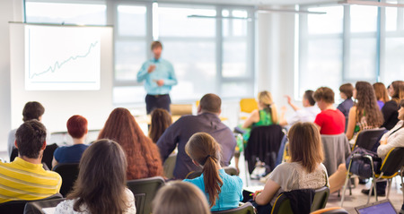 ビジネス会議での講演のスピーカー。会場での観客。ビジネスと起業家精神の概念。
