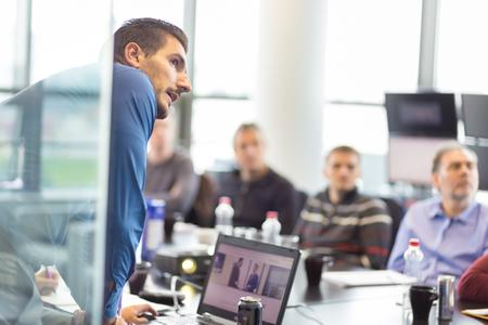 ejecutiva en oficina: Hombre de negocios haciendo una presentación en la oficina. Ejecutivo de la empresa la entrega de una presentación a sus colegas durante la reunión o de la propia formación empresarial, explicando los planes de negocio a sus empleados.
