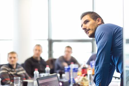 ejecutivo en oficina: Hombre de negocios haciendo una presentaci�n en la oficina. Ejecutivo de la empresa la entrega de una presentaci�n a sus colegas durante la reuni�n o de la propia formaci�n empresarial, explicando los planes de negocio a sus empleados.