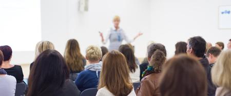 hablar en publico: Altavoz dar una charla en la reunión de negocios. Audiencia en la sala de conferencias. Negocios y Emprendimiento. Composición panorámica adecuado para pancartas.