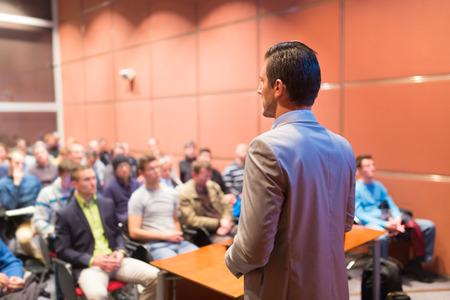 hablante: Ponente en la Conferencia de negocios con presentaciones p�blicas. Audiencia en la sala de conferencias. Negocios y Emprendimiento concepto. Desenfoque de fondo. Poca profundidad de campo.
