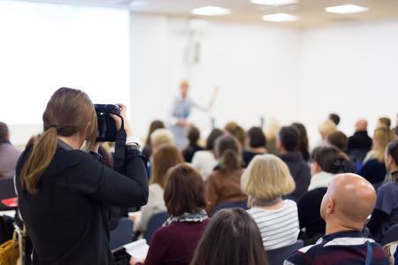 Business-Konferenz und Präsentation. Publikum im Konferenzsaal. Pressekonferenz.
