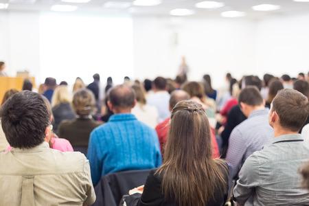 personas hablando: Altavoz dar una charla en la reunión de negocios. Audiencia en la sala de conferencias. Negocios y Emprendimiento.