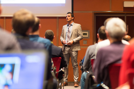 hablante: Altavoz dar una charla en la reuni�n de negocios. Audiencia en la sala de conferencias. Negocios y Emprendimiento concepto.
