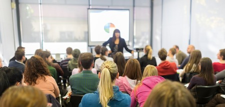 Lautsprecher geben Präsentation in an der Universität Hörsaal. Die Teilnehmer hören Notizen zu belehren und zu machen. Panorama-Zusammensetzung geeignet für Banner.