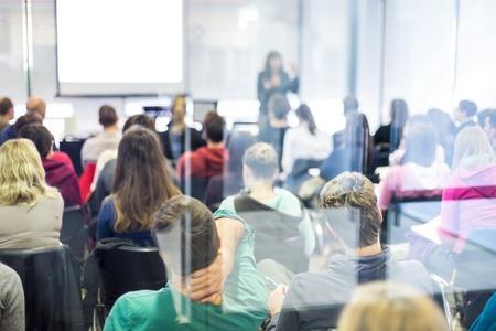 PARLANTE: Altavoz dar una charla en la reunión de negocios. Audiencia en la sala de conferencias. Negocios y Emprendimiento.