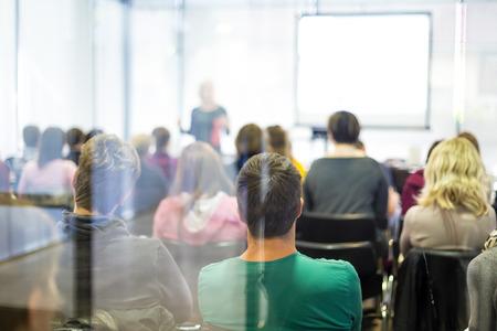 grupos de personas: Altavoz dar una charla en la reunión de negocios. Audiencia en la sala de conferencias. Negocios y Emprendimiento.