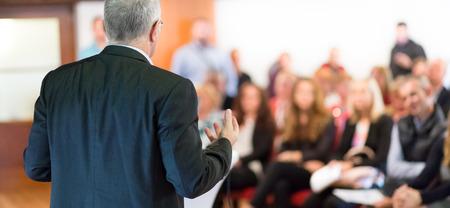 Président à la conférence d'affaires avec des présentations publiques. Audience à la salle de conférence. club de l'entrepreneuriat. Vue arrière. Composition Horisontal. Arrière-plan flou.