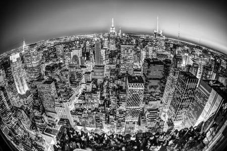 fondo blanco y negro: Nueva York. Manhattan horizonte de la ciudad con el sistema de iluminación del Empire State Building y rascacielos al atardecer visto desde la cubierta de observación. Ojo de pescado vista panorámica. foto en blanco y negro.