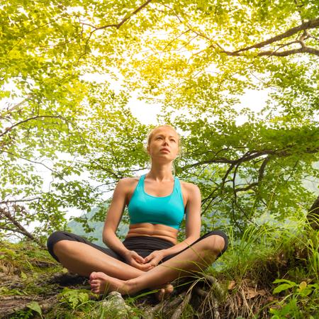 vida natural: Mujer relajada disfrutando de la libertad y de la vida en el bello entorno natural. Niña dichosa sensación relajada, libre y feliz. Concepto de la libertad, la felicidad, el disfrute y el equilibrio natural. Foto de archivo