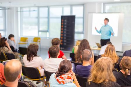 PARLANTE: Altavoces dar una charla en la reunión de negocios. Audiencia en la sala de conferencias. Negocios y Emprendimiento concepto. Foto de archivo