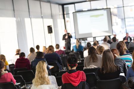 Fakulta přednáška a workshop. Audience u přednáškového sálu. Akademické vzdělání.