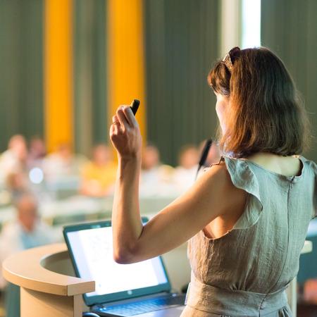 gerente: Altavoz Mujer en la Conferencia de negocios y presentaci�n. Audiencia en la sala de conferencias. Negocios y Emprendimiento. Mujer de negocios. Composici�n horizontal.