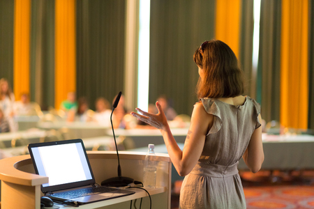 Locutrice à la conférence d'affaires et présentation. Audience à la salle de conférence. Entreprises et Entrepreneuriat. Femme d'affaires. Composition horizontale.