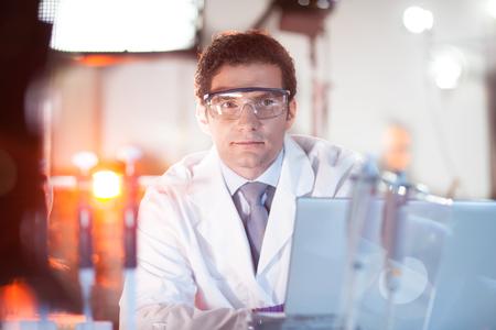 bata blanca: Retrato de un ingeniero masculina confiado en su entorno de trabajo. Ciencia y tecnología concepto.