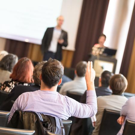 Tengo una pregunta. Grupo de hombres de negocios que se sientan en las sillas en la sala de conferencias. Empresario elevar su brazo. Conferencia y Presentación. Y Creación de Empresas.