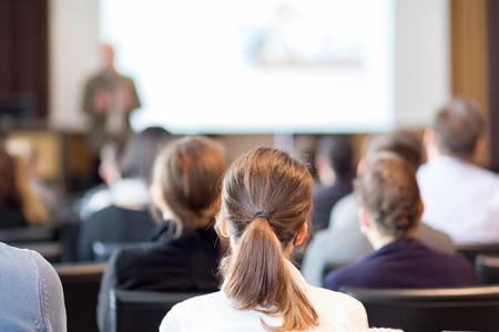 speaker: Altavoz dar una charla en la reuni�n de negocios. Audiencia en la sala de conferencias. Negocios y Emprendimiento.