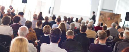 Altavoz dar una charla en la reunión de negocios. Audiencia en la sala de conferencias. Negocios y Emprendimiento. Composición panorámica adecuado para pancartas.