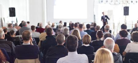 Głośnik Nadanie Talk na biznes Zgromadzenia. Publiczność w sali konferencyjnej. Biznes i przedsiębiorczość. Panoramiczny kompozycja nadaje się do banerów.