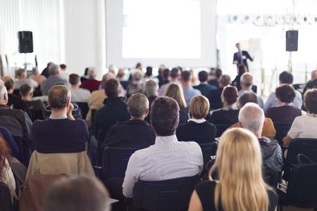 스피커 비즈니스 회의에서 토론을주기. 컨퍼런스 홀에서 관객. 비즈니스 및 기업가 정신.
