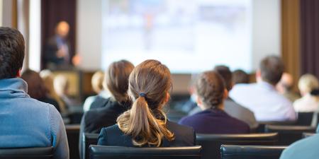 Głośnik Nadanie Talk w działalności Zgromadzenia. Publiczność w sali konferencyjnej. Biznes i przedsiębiorczość.