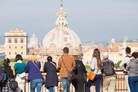 Achterste groep zicht van toeristen op sightseeing tour kijken naar weergave van de kathedraal in Rome, Italië. Stockfoto