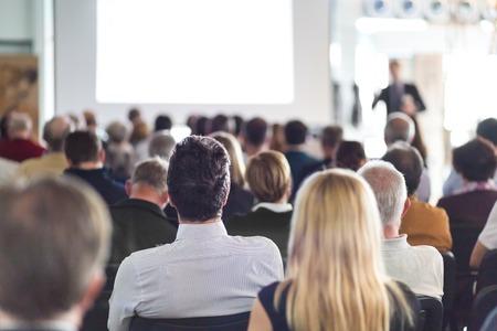 termine: Speaker einen Vortrag auf Business Meeting. Publikum im Konferenzsaal. Und Mittelunternehmen.