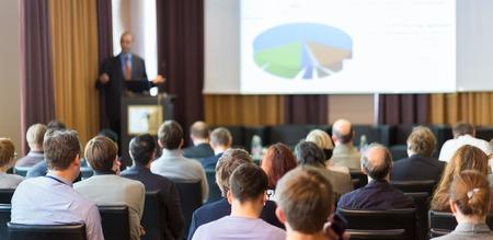 ビジネス会議での講演のスピーカー。会場での観客。ビジネスと起業家精神。