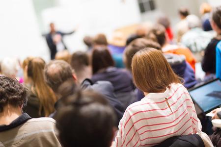 Speaker dà presentazione in aula all'università. I partecipanti ad ascoltare lezioni e prendere appunti.