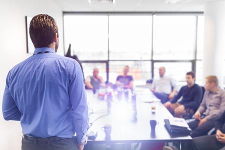Geschäftsmann, der eine Präsentation im Büro. Unternehmensleiter liefert eine Präsentation an seine Kollegen während der Sitzung oder in-house Business-Training, erläutert, Geschäfte plant, seine Mitarbeiter. Standard-Bild
