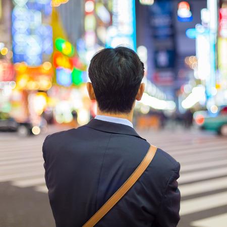 soledad: Solitario hombre de negocios japonés corporativa en juego, después del trabajo, a la espera de cruce de caminos en Kabukicho, el entretenimiento y la zona roja en Shinjuku, Tokio, Japón.