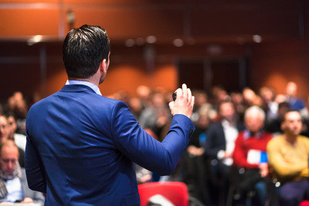 Referent hält einen Vortrag über Corporate Business Conference. Publikum im Konferenzsaal. Business- und Entrepreneurship-Veranstaltung.